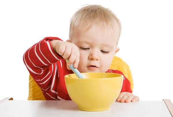 Годовалый ребенок кушает сам