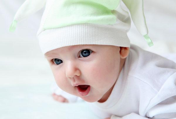Новорожденный учится держать голову