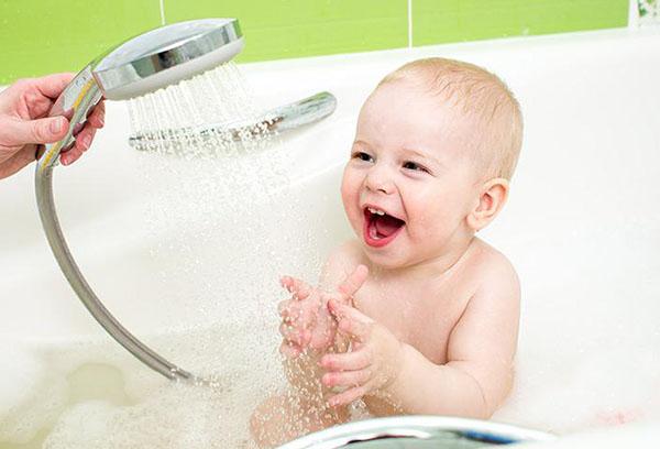 Купание малыша в ванне под душем