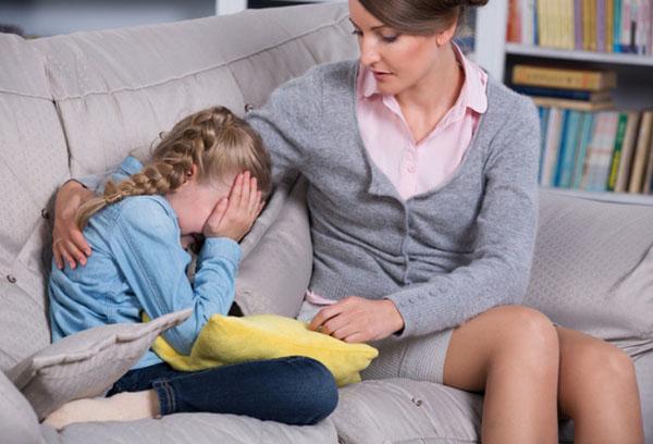 Мама успокаивает плачущую дочь
