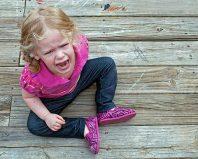 Девочка капризничает
