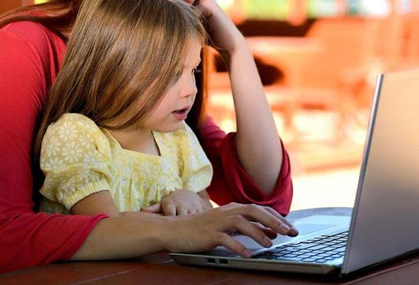 Мама с дочкой за ноутбуком