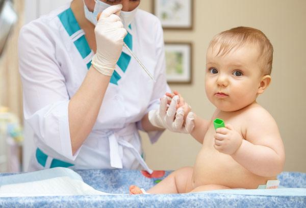 Врач берет у малыша кровь на анализ