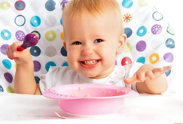 11-месячный ребенок завтракает