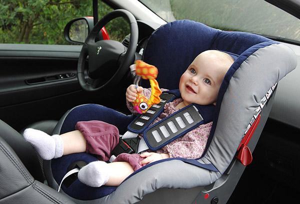 Малыш в автокресле