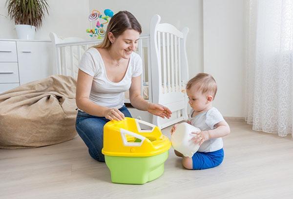 Мама показывает ребенку горшок