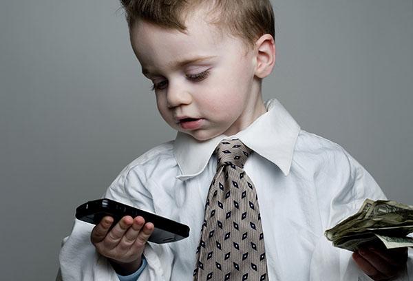 Ребенок с галстуком, смартфоном и деньгами