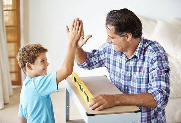 Папа с сыном за работой