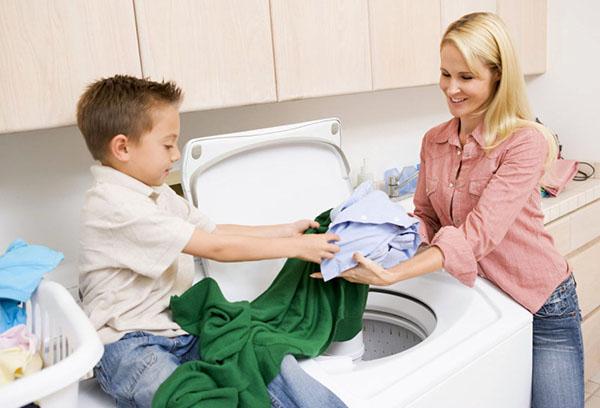 Мальчик помогает маме стирать