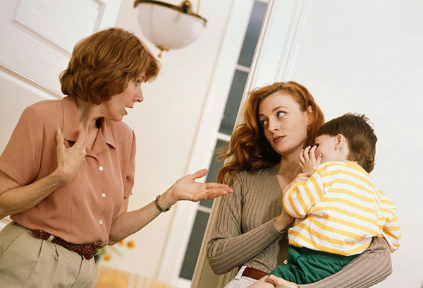 Женщины спорят при ребенке