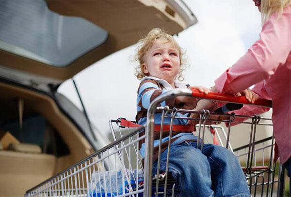 Ребенок капризничает возле магазина