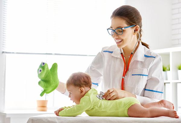 Врач отвлекает малыша от осмотра