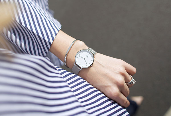 Часы у девушки на руке