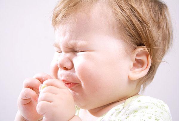 Малыш чихает