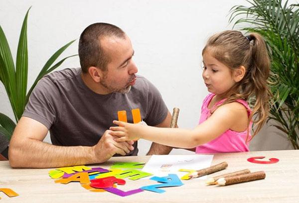 Папа учит дочку произносить буквы