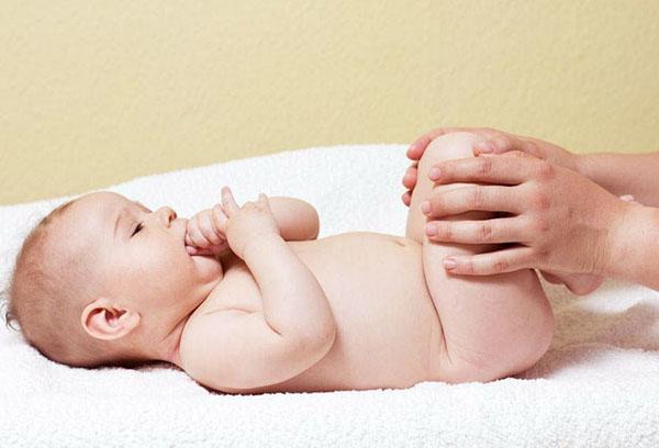 Поза младенца для применения газоотводной трубки