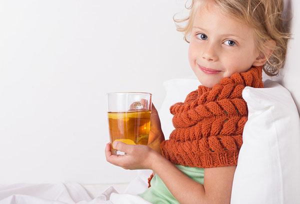 Девочка пьет витаминный чай